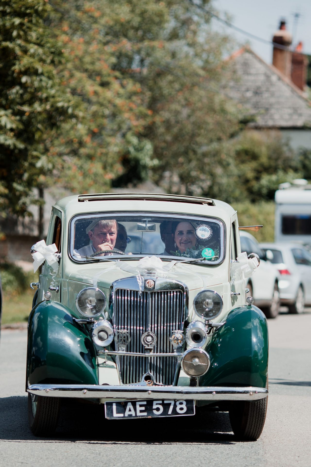 bride and father arrive to ceremony in vintage car