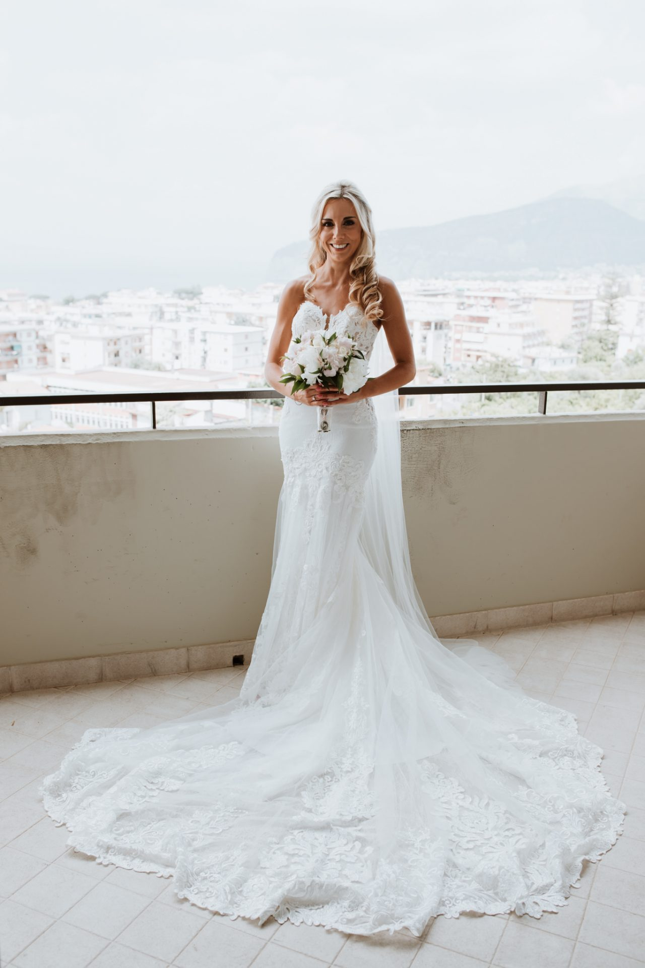 portrait of the bride on the balcony with views of sorrento